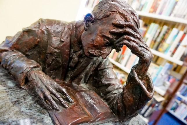 トラモア公立図書館のハーン像(ジョン・コール作)。
